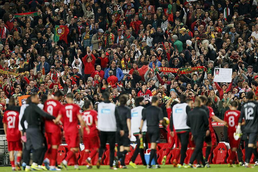 Les joueurs portugais en train de fêter leur victoire avec les supporters présents au stade (61 500 supporters environ).