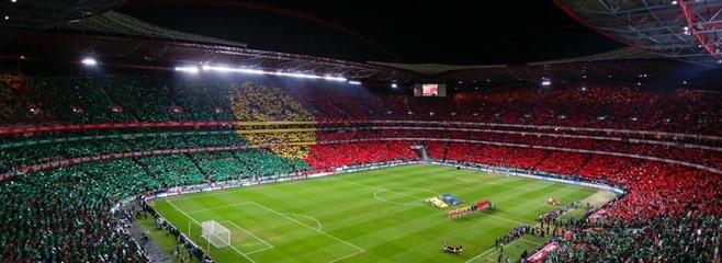 Tifo déployé par les supporters portugais lors des hymnes nationaux, symbole du soutient apporté à leur pays.