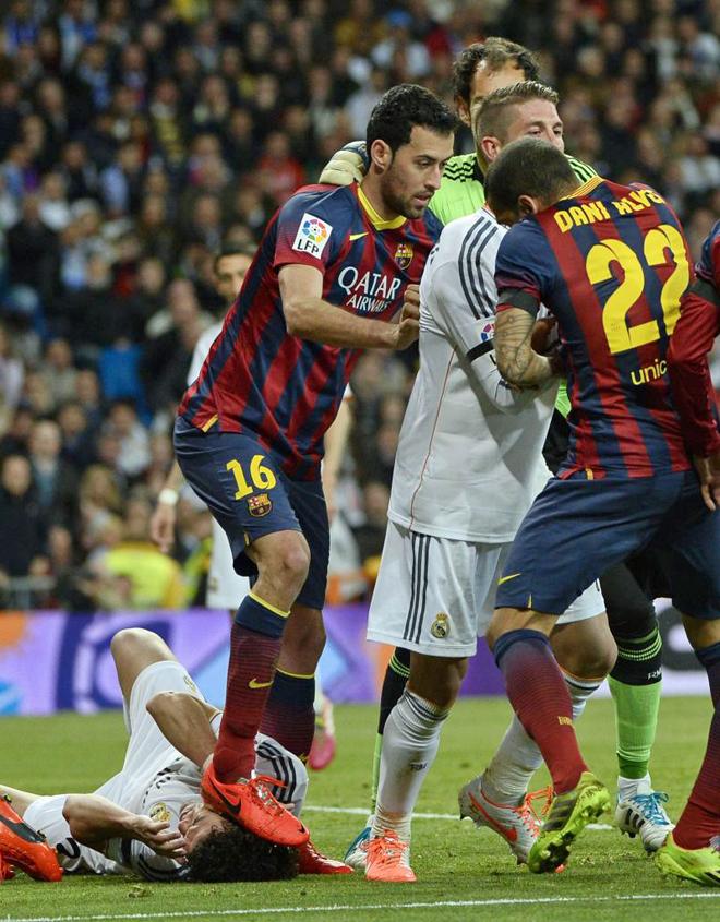 Barça: Busquets marche sur la tête de Pepe