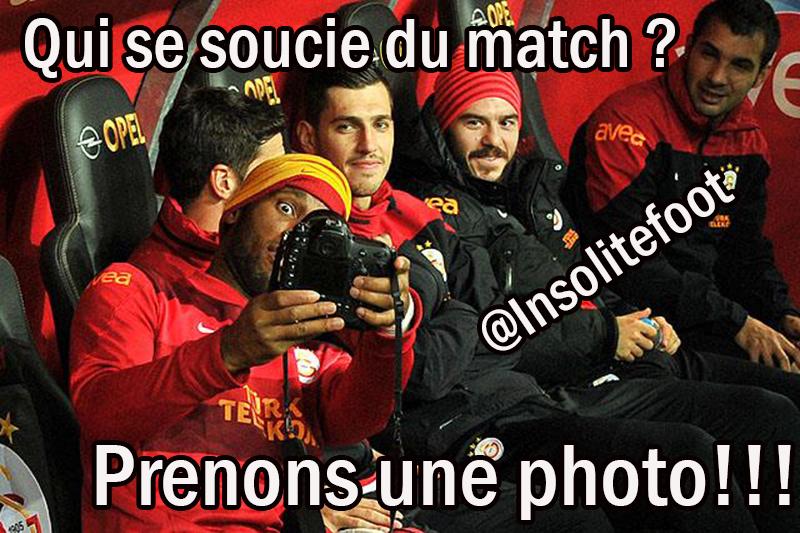 Didier Drogba se prend en photo pendant le match !!!!