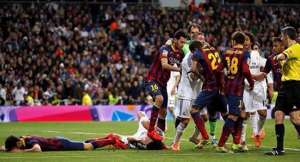 Photo - Real / Barça : Busquets marche sur la tête de Pepe !