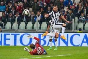 Carlos Tevez survole les débats. Et la Juventus, facile contre Empoli, fait un pas de plus vers un nouveau Scudetto.