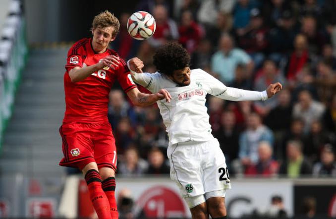 Stefan Kiessling prend le dessus sur Felipe. A l'image d'un Leverkusen qui a corrigé un pâle Hanovre !