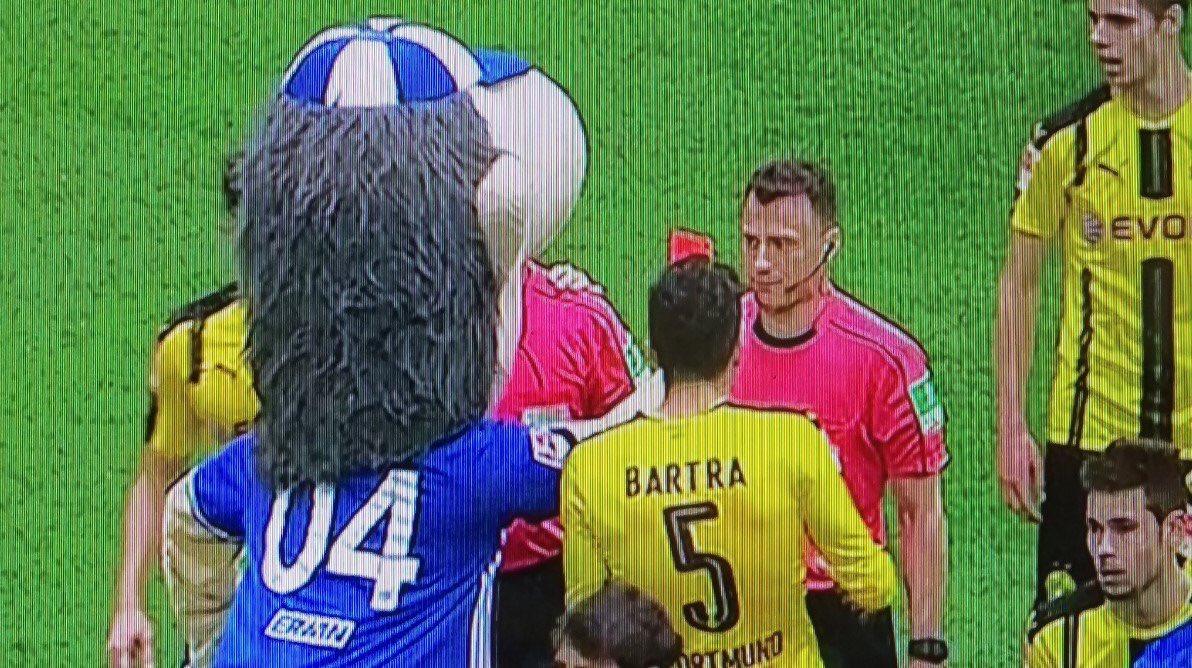 La mascotte de Schalke 04 met un carton rouge à l'arbitre