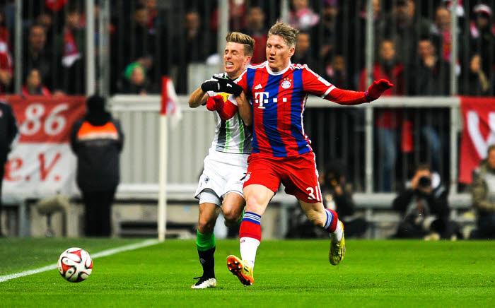 Bastian Schweinsteiger contrôle Patrick Hermann. Pourtant, c'est bien M'Gladbach qui a terrassé l'ogre munichois !