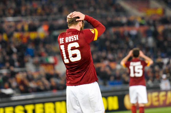 Daniele De Rossi peut se prendre la tête entre les mains. La Roma dégringole au classement.