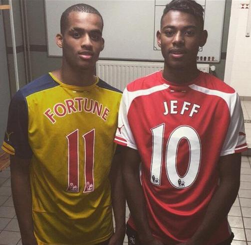 Yassin Fortune et Jeff Reine-Adelaide posent avec le maillot d'Arsenal
