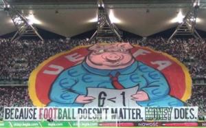 La banderole du Legia pour dénoncer l'arbitrage du match Barça PSG