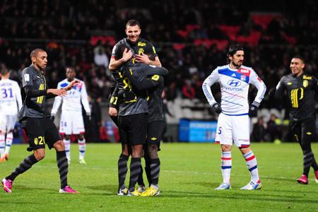 Lyon laisse filer le PSG